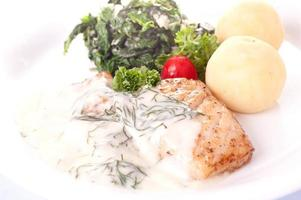 steak de poisson et légumes bio photo