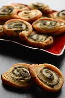 rouleaux de pâte feuilletée aux épinards et garniture au fromage grec