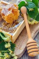 peigne à miel et une cuillère en bois. photo