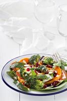 salade de légumes, pepperoni et grenade