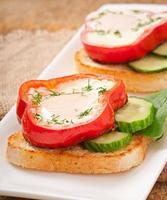 brouillés au poivron sur des toasts aux légumes verts