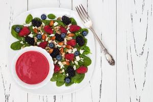 salade de petits fruits aux amandes, fromage feta et vinaigrette aux framboises