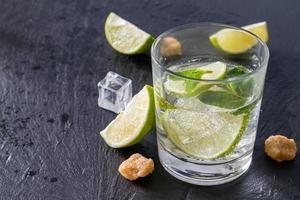 mojito et ingrédients - citron vert, menthe, rhum, sucre, glace photo