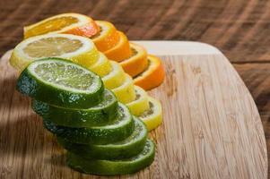 tranches de citron, de lime et d'orange