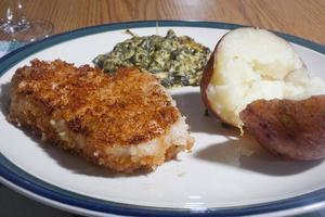 dîner de côtelettes de porc pané photo