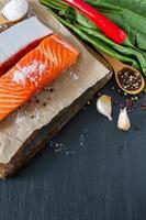 filet de saumon aux épinards sel, poivre, ail, huile photo