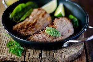 viande cuite aux herbes