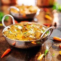 saag paneer curry dans un plat de chauve photo