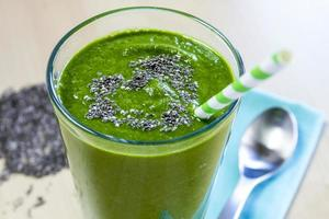 boisson saine de smoothie de jus vert photo
