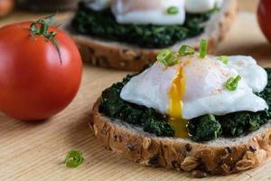 épinards et œuf poché sur pain brun