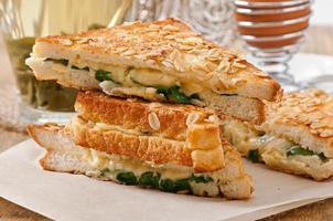 pain grillé chaud avec du fromage et des épinards pour le petit déjeuner