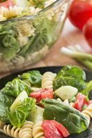 salade de pâtes aux épinards et rotini photo