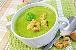 purée de soupe avec croûtons et feuilles d'épinards sur une serviette photo