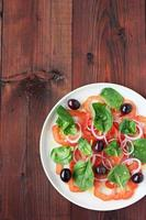 portion de délicieuse salade de tomates photo