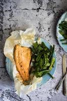 poisson au four avec des haricots sur fond rustique photo