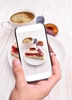 mains, prendre photo, prune, gâteau, à, smartphone
