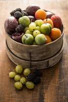 fruits mélangés dans un récipient en bois