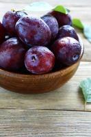 prunes mûres dans un bol photo
