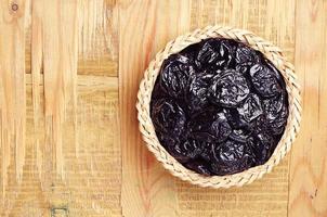 prune séchée dans un bol en osier