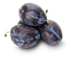prunes violettes isolés sur fond blanc