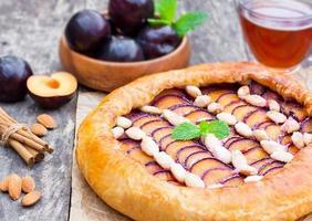 tarte aux prunes maison aux amandes sur la table photo