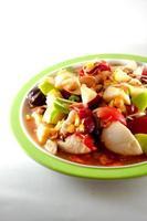 plat de salade de fruits et légumes photo