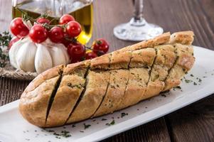 pain à l'ail frais sur une plaque photo