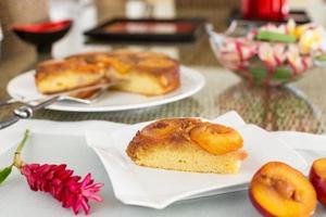 tranche de gâteau aux prunes sur plaque carrée photo
