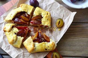 tarte aux prunes fraîche avec du sucre photo