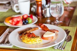 petit déjeuner avec omelette, fruits frais et café photo