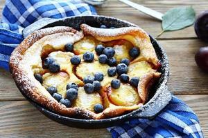 tarte aux prunes dans un plat allant au four photo