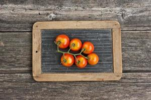 tomate sur la tablette d'écriture ardoise photo