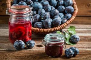 confiture fraîche de prune dans le garde-manger photo