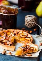 tranche de tarte avec confiture de poire, pommes et caramel photo