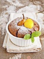 muffins au chocolat, poire et lait caillé de citron. petit déjeuner. photo