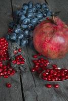 nature morte de grenades et raisins photo