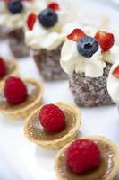 petites tartes gitanes garnies de framboises photo