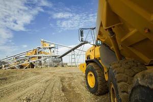 grand camion jaune conduisant à un chantier de construction