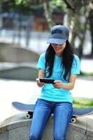 jeune femme, skateboarder, utilisation, elle, téléphone portable