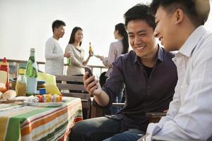 amis, utilisation, téléphone portable, à, toit, barbecue