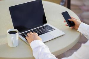 homme affaires, fonctionnement, à, téléphone portable, et, ordinateur portable