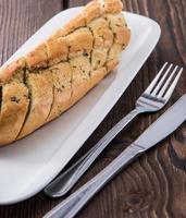 pain à l'ail frais sur une plaque