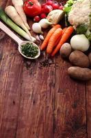 légumes frais sur une table en bois