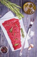 steak cru pour barbecue sur fond sombre. photo