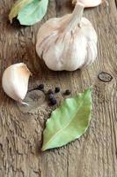 ail, feuilles de laurier et poivrons, épices