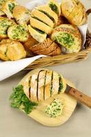 pain à l'ail et aux herbes photo