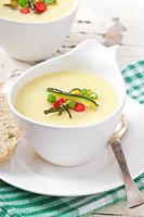 soupe à la crème de courgettes à l'ail et au piment