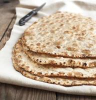 pain plat aux graines de sésame photo