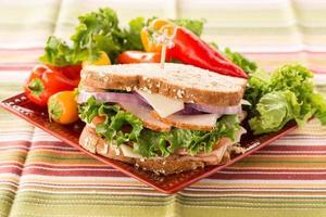 Sandwich déjeuner sain coloré avec des poivrons sur la plaque