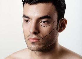 l'homme sur le visage est marqué de guides photo
